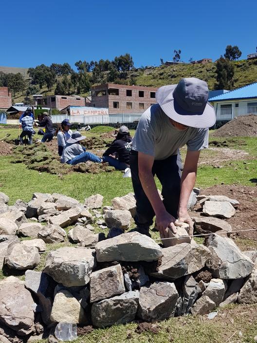 Jhony Chaves en la construcción de Hatun Tinkuy en las afueras del centro histórico de Chucuito. Image © Nicolás Valencia