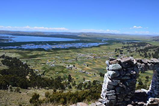 Vista al lago Titicaca desde el mirador de San Bartolomé, a 3 kilómetros de Chucuito. Image © ENSUSITIO