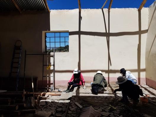 Trabajos del taller Puma al interior de la capilla. Image © Nicolás Valencia