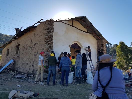Los trabajos de restauración llamó la atención de los vecinos, quienes compartieron con los estudiantes y se instalaron con puestos de venta. Image © Nicolás Valencia