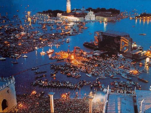 Screenshot from video of event <a href='http://cinefacts-forum.kino.de/78186-pink-floyd-live-venedig-1989-a.html'>via CineFacts Forum</a>