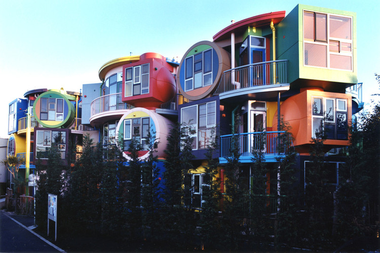 "The Artist-Architects Who Believed Their Psychedelic Designs Would Promote ""Death Resistance"", Reversible Destiny Lofts – In Memory of Helen Keller (exterior), Tokyo (2005). Image © 2005 Estate of Madeline Gins. Reproduced with permission of the Estate of Madeline Gins; Courtesy Masataka Nakano"