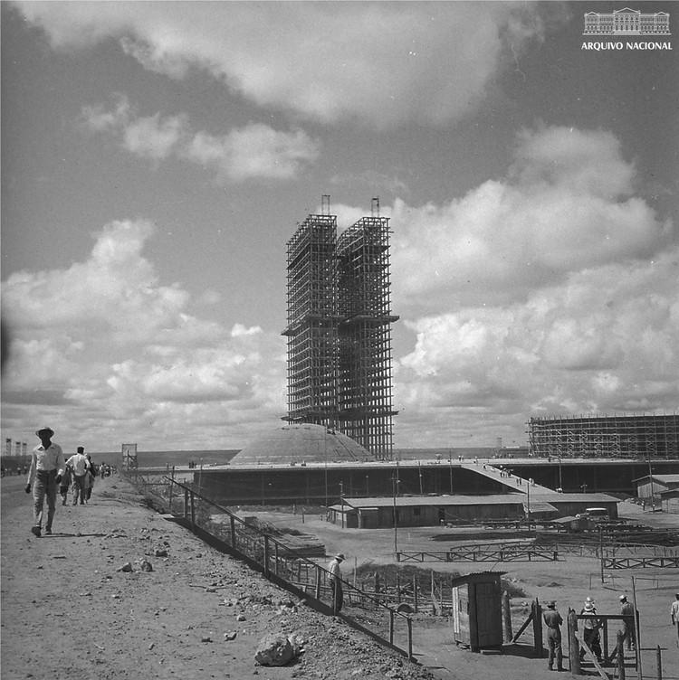 Brasília: uma arquitetura Social, Arquivo Nacional do Brasil <a href='https://www.flickr.com/photos/arquivonacionalbrasil/40806233014/'> Via Flickr (Domínio Público)</a>
