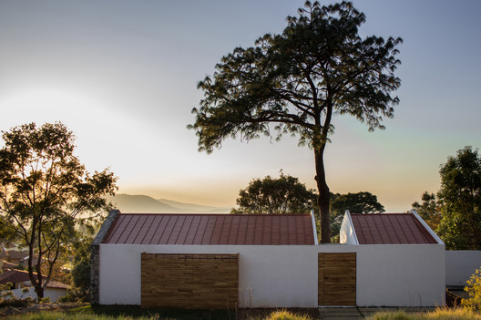 House Around a Tree / Espacio EMA