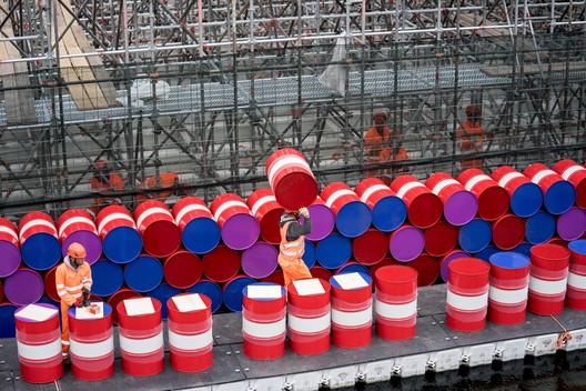 Trabajadores instalando barriles en el lado vertical del London Mastaba. Imagen © Wolfgang Volz