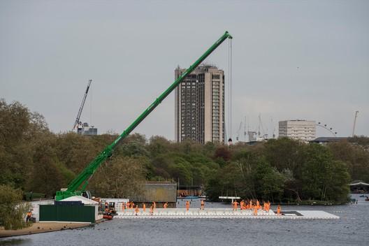 En la parte superior de la plataforma flotante, los trabajadores instalan la estructura de acero del London Mastaba. Imagen © Wolfgang Volz