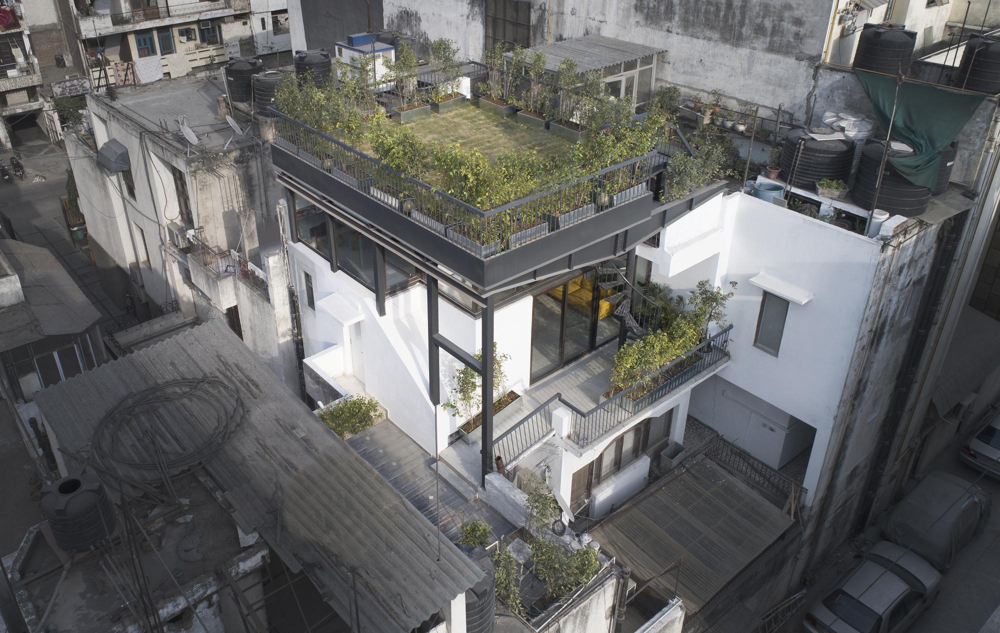 The Garden Roof Parasol / Harsh Vardhan Jain Architect