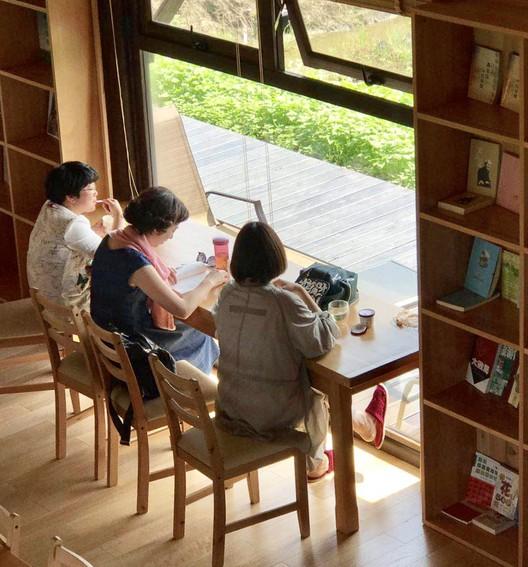 three teachers from Zhoushan. Image © Yikao Li