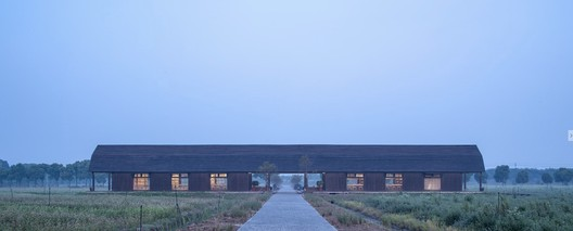 the line-styled library stands quietly in the center of fields. Image © Yong Zhang