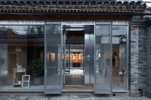 entrance (when the aligned sliding doors of the three transparent facades are opened). Image © Hao Chen