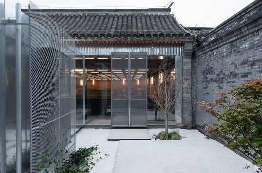 view from courtyard to office. Image © Hao Chen