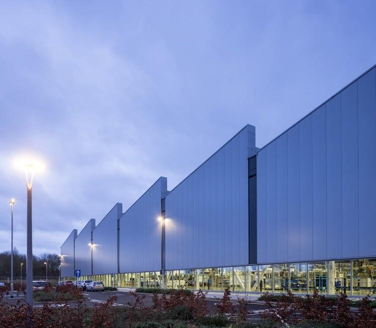 Jaguar Land Rover Engine Manufacturing Centre / Arup Associates. Image © Simon Kennedy