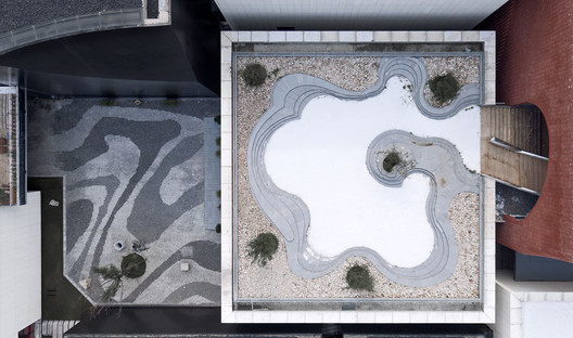 Roof Top Garden and Ink Pattern Pavement. Image © Qiang Zhao
