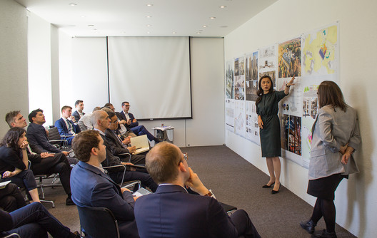 Lulu presents the design scheme for Wellesley College Science Center to her colleagues at the New York office. Image © SOM   Lucas Blair