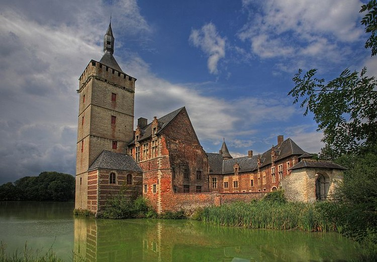 Atelier Bow-Wow projeta palco para festival de música e arte na Bélgica, Horst Castle. Imagem © <a href='https://upload.wikimedia.org/wikipedia/commons/9/9c/Kasteel_van_Horst_-_Sint_Pieters_Rode_-_Belgica.jpg'>Francisco Conde Sánchez</a> licença <a href='https://creativecommons.org/licenses/by-sa/3.0/deed.en/'>CC BY-SA 3.0</a>