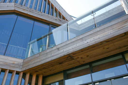 Western red cedar and glass detail. Image © Kun Zhang