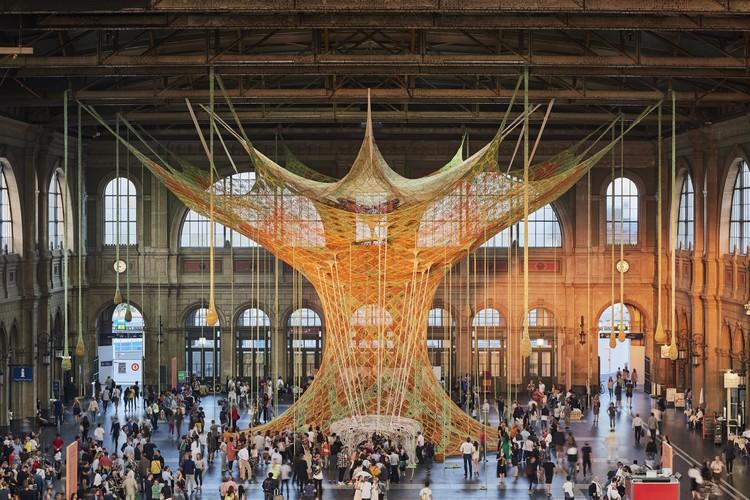 Artista brasileiro cria escultura de cordas na estação central de Zurique, ERNESTO NETO, GAIAMOTHERTREE, 2018, Zurich Main Station, Fondation Beyeler. Image © Mark Niedermann