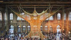 Artista brasileiro cria escultura de cordas na estação central de Zurique