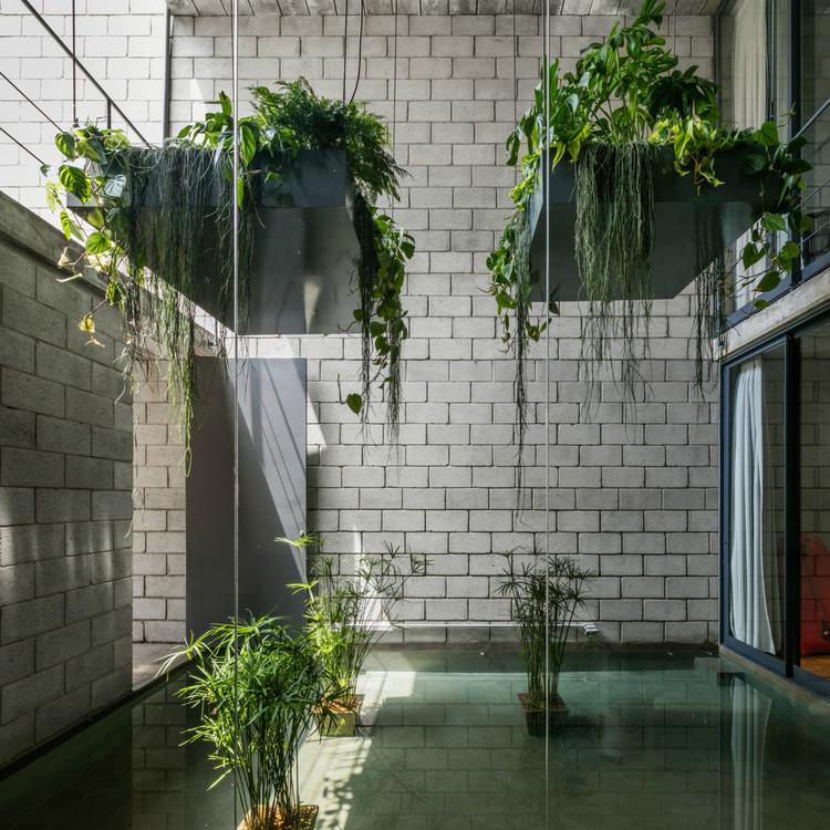 Espécies e dicas para cultivos de plantas nos interiores, Mipibu House / Terra e Tuma Arquitetos Associados. Image © Nelson Kon