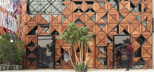 Crafting a Retail / Metropolitan Studio of Architecture