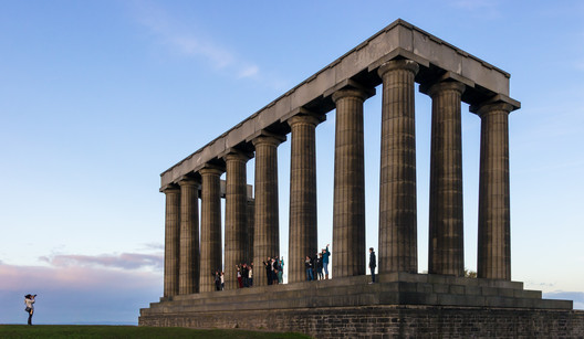 © <a href='https://commons.wikimedia.org/wiki/File:Tourists_posing_at_the_National_Monument_of_Scotland.jpg'>Wikimedia user Colin</a> licensed under <a href='https://creativecommons.org/licenses/by-sa/4.0/'>CC BY-SA 4.0</a>