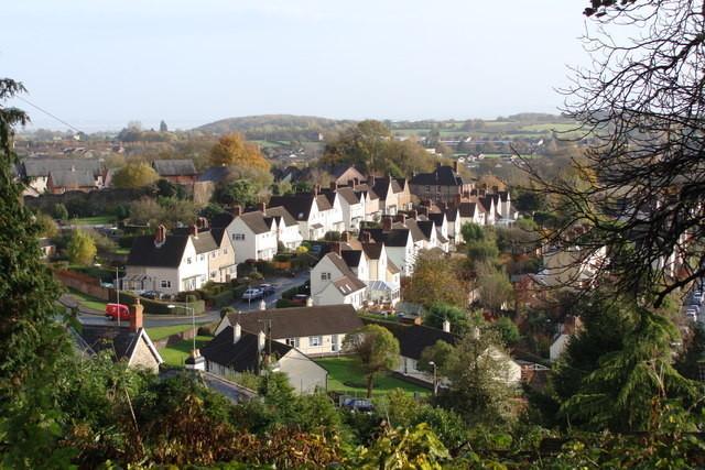 """¿Ciudades Jardín del mañana?, Casas en Hardwick """"Garden City"""", un suburbio de Chepstow en Gales, que fue construido a principios del siglo XX. Image © Geograph user Ruth Sharville licensed under CC BY-SA 2.0"""