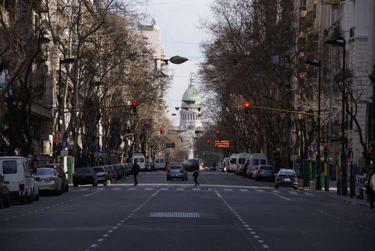 Buenos Aires vai cobrar de motoristas que quiserem transitar no centro da cidade, Avenida de Mayo, em Buenos Aires . Image © Ben Tavener, via Flickr. Licença CC BY 2.0