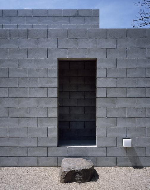 The Silent House by Takao Shiotsuka Atelier, clearly showing its courses of masonry. Image © Takao Shiotsuka Atelier