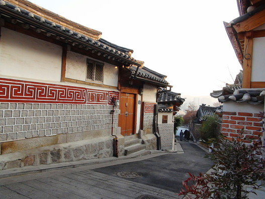 © <a href='https://upload.wikimedia.org/wikipedia/commons/3/32/Area_west_of_Bukchon_Hanok_Village_D.JPG'>Creative Commons user Sakaori</a> licensed under <a href='https://creativecommons.org/licenses/by-sa/3.0/'>CC BY-SA 3.0</a>