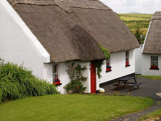 © <a href='https://upload.wikimedia.org/wikipedia/commons/1/10/Tully_Cross_thatched_cottage.jpg'>Creative Commons user Lindy Buckley</a> licensed under <a href='https://creativecommons.org/licenses/by/2.0/'>CC BY 2.0</a>