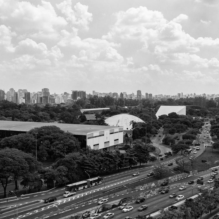 Clássicos da Arquitetura: As Arquiteturas do Parque Ibirapuera / Oscar Niemeyer, Vista aérea do Parque a partir do Museu de Arte Contemporânea. Image © Manuel Sá