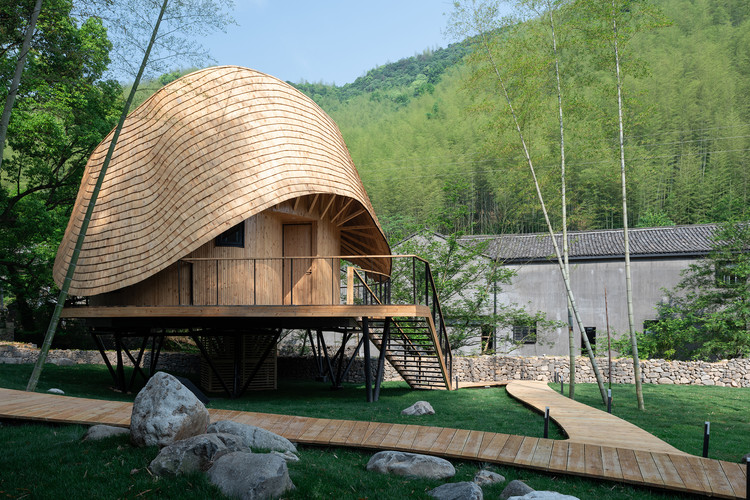 Treewow O - A Tree House of Curved Round Roof / MONOARCHI, the rising eave at the entrance. Image © Hao Chen