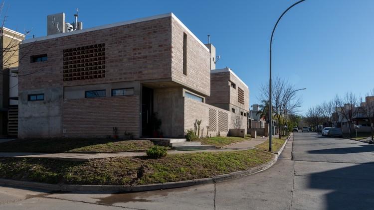 Project 4 corners  / APS - Arq. Pablo Senmartin, © Gonzalo Viramonte