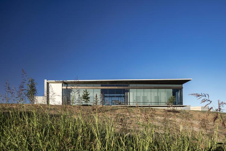 Westlake Dermatology Marble Falls / Matt Fajkus Architecture , © Charles Davis Smith