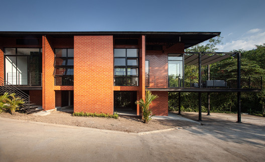 Kanchanaburi House  / Anghin Architecture