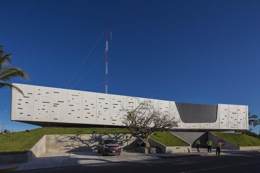 Estación de Bomberos BOCA / Taller DIEZ 05. Image © Luis Gordoa