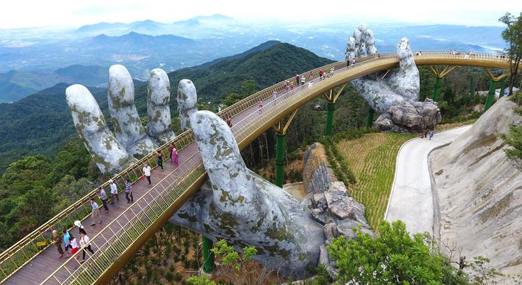 """Ponte suspensa por """"mãos gigantes"""" vira atração no Vietnã, via News Examiner"""