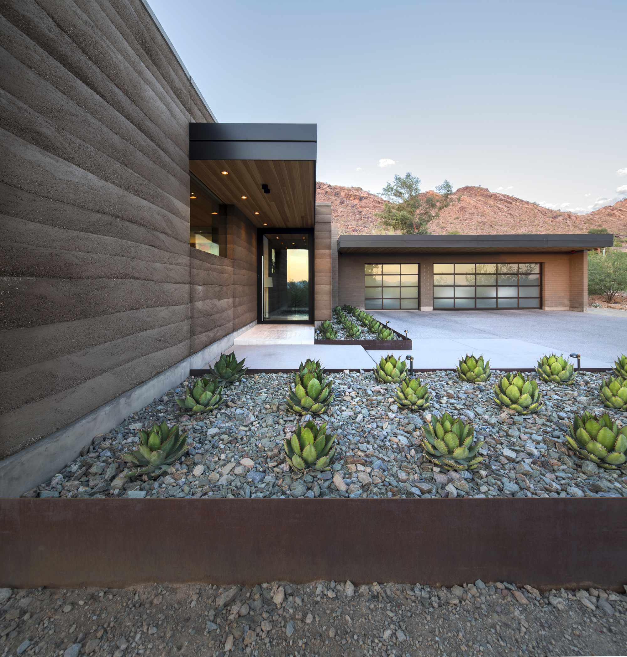 Rammed Earth Modern / Kendle Design Collaborative