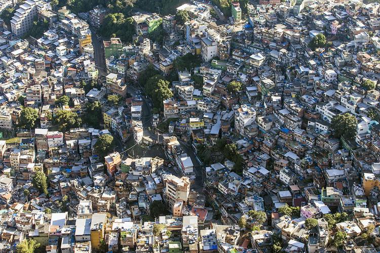 """""""Nossas cidades pedem socorro"""": CAU e IAB divulgam carta aos candidatos nas eleições de 2018, Favela da Rocinha, Rio de Janeiro. Image © Chensiyuan, via Wikimedia. Licença CC BY-SA 4.0"""