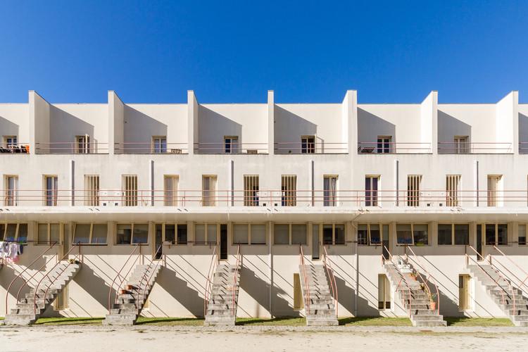 Aluguel para turistas em bairro projetado por Álvaro Siza gera divisão entre moradores, © Flagrante / Romullo Fontenelle