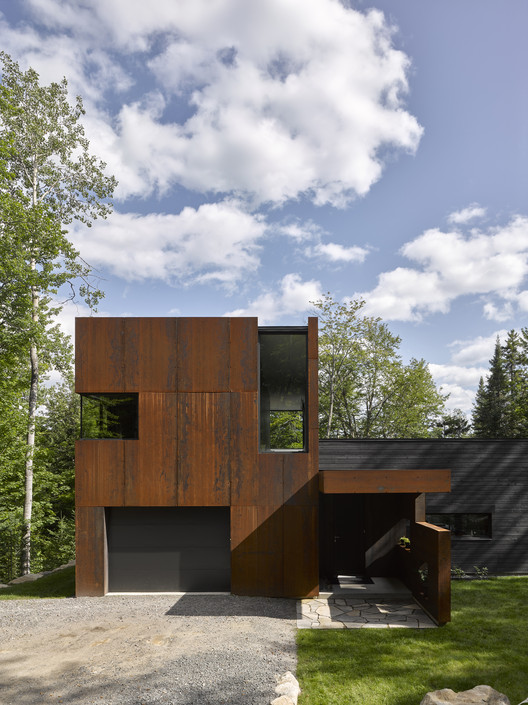Casa en Lac Charlebois / Paul Bernier Architecte, © James Brittain
