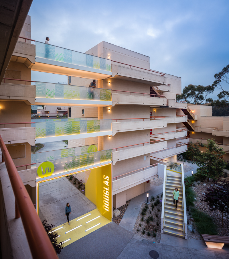 Warren House Apartments: Small Bridges At Warren College UCSD / Kevin DeFreitas