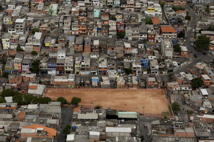 O futebol de várzea em São Paulo e o direito à cidade, O fotógrafo Renato Stockler documentou em fotografias aéreas os terrões de futebol. Image © Renato Stockler