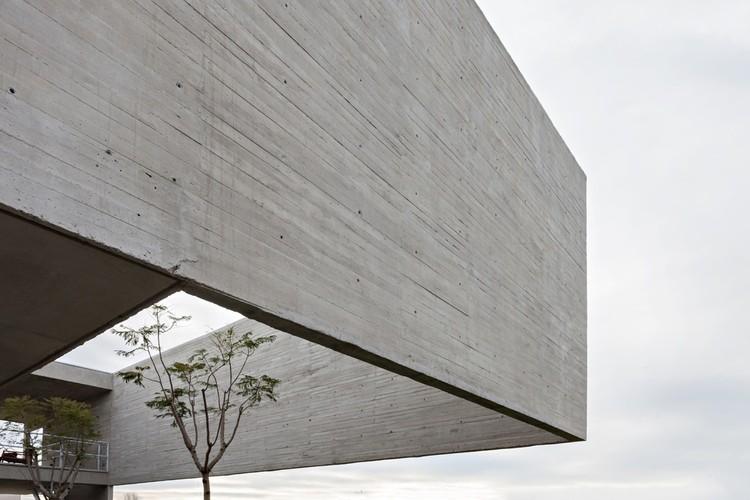 Dicas para usar o concreto aparente em seus projetos, Lamas House / moarqs + OTTOLENGHI architects. Image © Albano Garcia