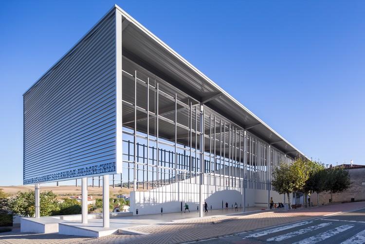 Cubrición, reforma y urbanización del Frontón de Astrain, Cendea de Cizur / azpilicueta arquitectura, © Rubén P. Bescós PHOTOGRAPHER