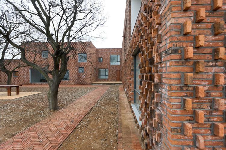 Paredes de tijolos à vista: dicas e tratamentos de manutenção, <a href='https://www.plataformaarquitectura.cl/cl/02-88619/casa-ladrillo-azl-architects'>Casa Ladrillo / AZL architects</a>. Image © Iwan Baan