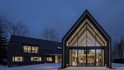 V-Plan House / Studio B Architecture + Interiors
