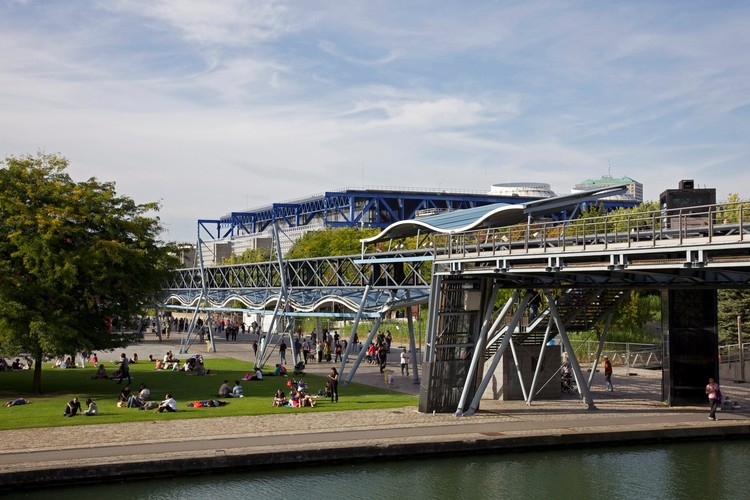 Como o Parc de la Villette influenciou a maneira como projetamos nossos parques no século XXI,  © <a href='https://upload.wikimedia.org/wikipedia/commons/5/50/LaVillette100911.jpg'> Creative Commons User Jean-Marie Hullot</a> licensed under <a href='https://creativecommons.org/licenses/by/3.0/deed.en/'>CC BY 3.0</a>