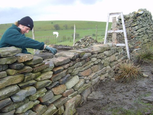 © <a href='https://en.wikipedia.org/wiki/File:Dry_Stone_wall_building.JPG'>TR001</a> licensed under <a href='https://creativecommons.org/licenses/by-sa/3.0/deed.en'>CC BY-SA 3.0</a>