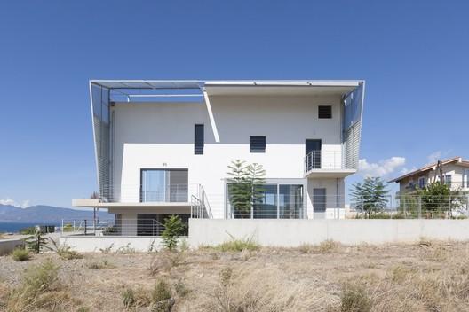 """Hidden Cross"" Residence / Ntovros Vasileios Architects"